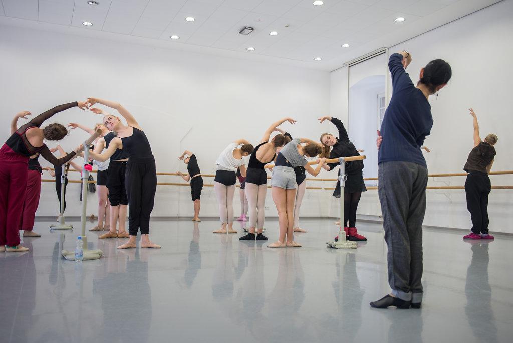 Oft hat Cara mehrere Tanzstunden am Tag, manchmal auch vier Stunden am Stück. Pro Monat tanzt sie zwei Paar Spitzenschuhe durch, die je 70-120 Euro kosten.
