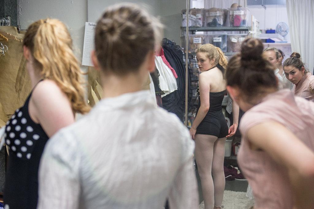 """Für ihr Stück """"Queeny"""" im Aalto Theater Essen, probiert Cara mit ihren Klassenkameradinnen die Kostüme an."""