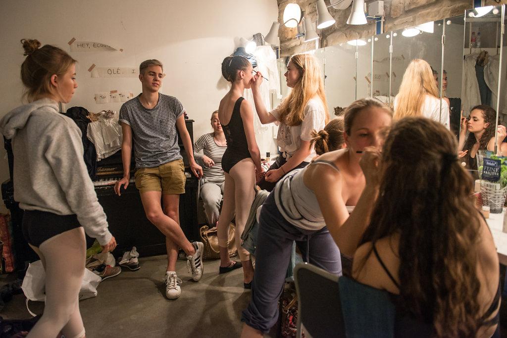 Vor der Hauptprobe schminken sich die Mädchen vom Ballettinternat gegenseitig. Voller Vorfreude und ein bisschen aufgeregt blicken sie der Vorführung entgegen.