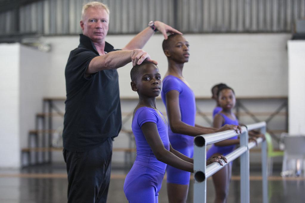 Die zwei Brüder Mihlali (15) und Hlumelo (12) besuchen gehen mal die Woche ins Ballett. Ihr Tanzlehrer Andrew Warth ist sehr involviert in den Alltag der Kinder. Sein Engagement geht dabei weit über die üblichen Aufgaben eines Tanzlehrers hinaus.