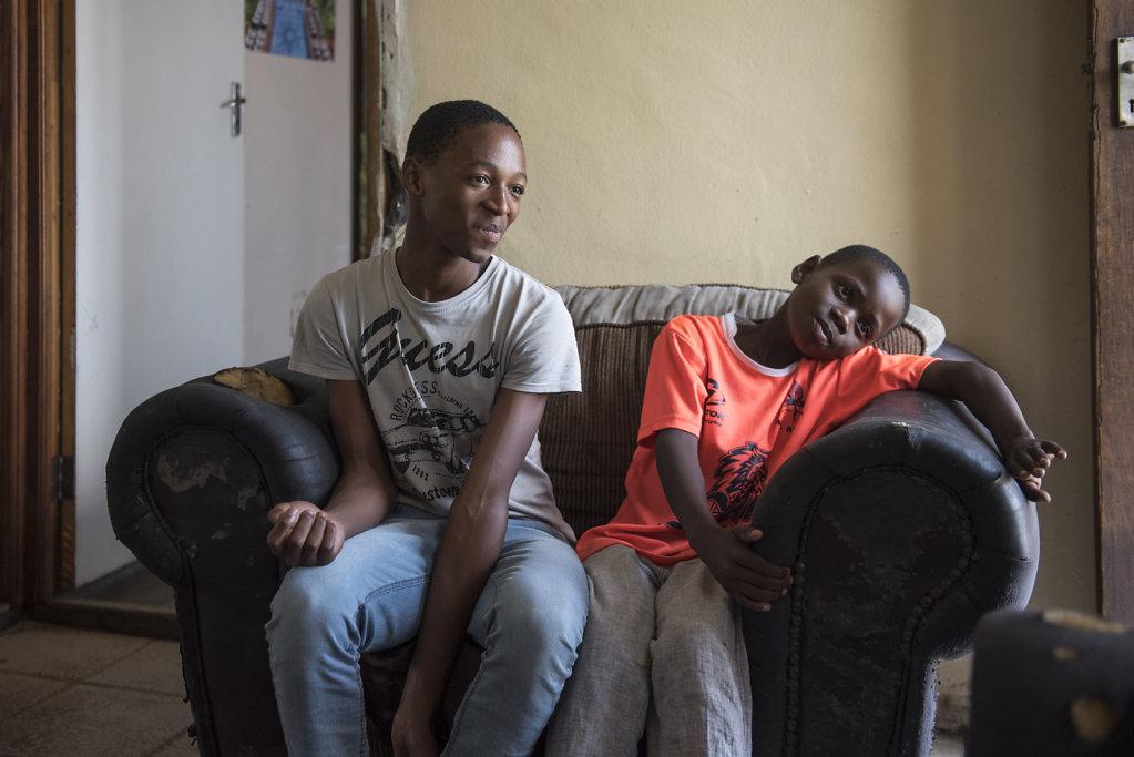 Die zwei Brüder stehen sich sehr nahe. Vor allem Mihlali achtet sehr auf seinen kleinen Bruder Hlumelo.