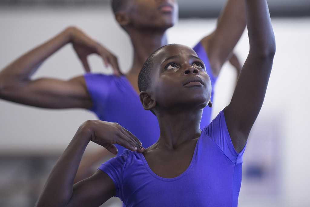 Hlumelo und Mihlali hoffen mithilfe von Tanz dem Township zu entkommen. Beide haben Talent, doch das ist für Kinder aus den Townships meist nicht ausschlaggebend. Oft spielen viele andere Faktoren eine Rolle, ob sie es schaffen, Tänzer zu werden.