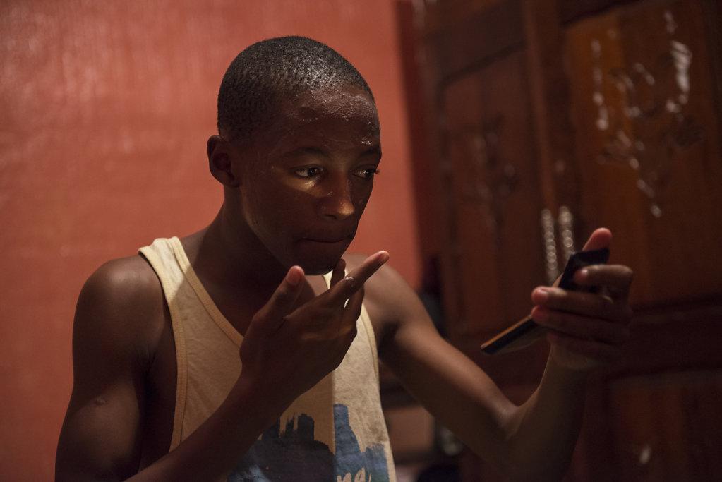 Mihlali ist der älteste der drei Brüder und teilt sich mit seinen zwei jüngeren Geschwistern ein Zimmer. Weil sie keinen Spiegel im Toilettenhäuschen haben, benutzt er einen kleinen Taschenspiegel, um sich das Gesicht einzucremen.