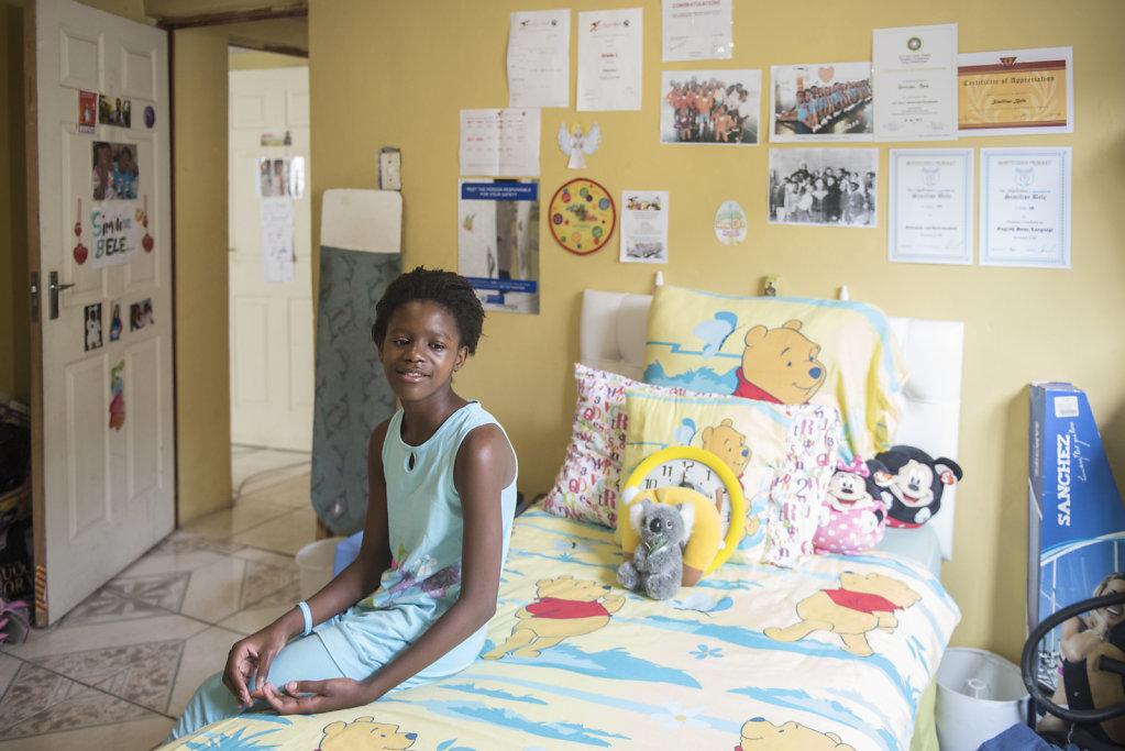 Similise hat ihr eigenes Zimmer, eigene Bücher und Spielzeug. Aus westlicher Sicht hat sie eine ziemlich normale Kindheit und kann meistens tun und lassen was sie möchte.